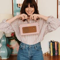 Sophia Rosemary holding an iStream 3 in Dusky Pink
