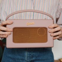 Close up of Sophia Rosemary holding an iStream 3 in Dusky Pink